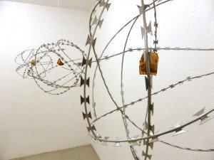 Katharina Forster Es ist Gut, Schön, Wahr 2013 Kapstadt, Südafrika Skulptur Natodraht, Teebeutel, Kunsthaar, jede 50x50x50cm