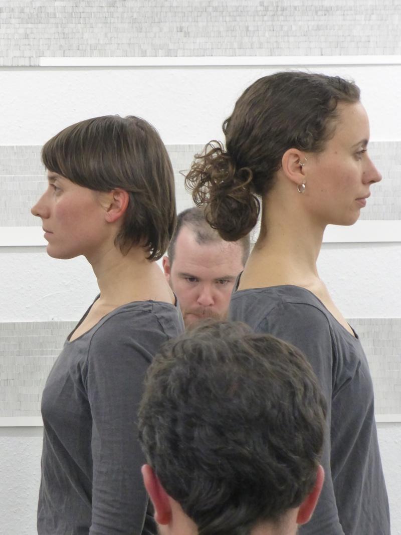 "Performance ""Accompanied Walk"", von Kovács/O'Doherty, mit Stephen Doyle, Laura Hicks, Kata Kovács und Brendan Dougherty - Langsamkeit"