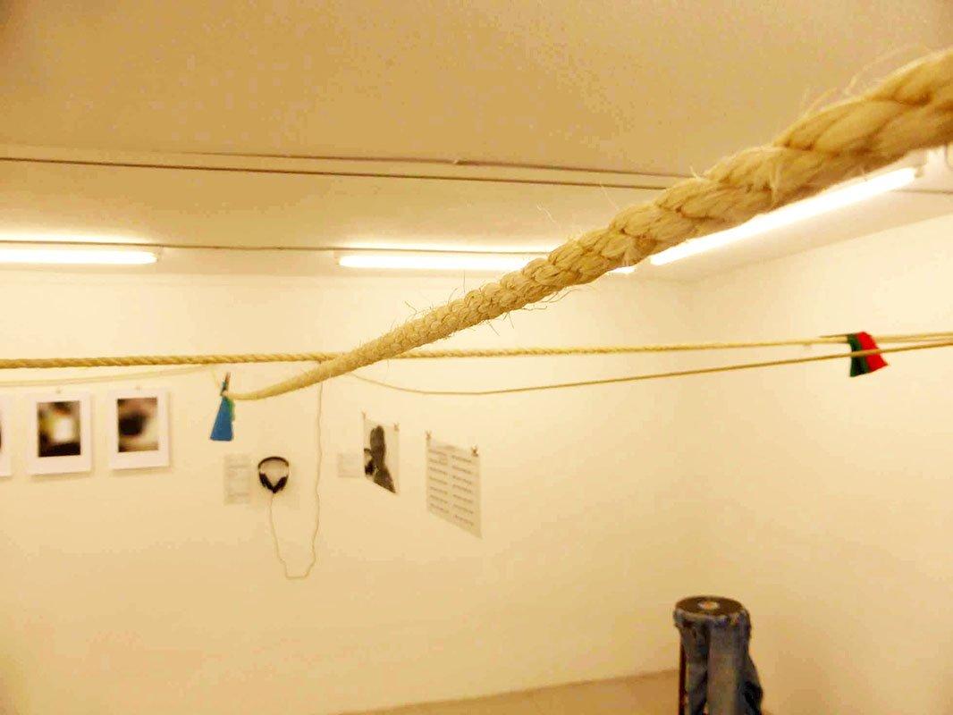 Verbindendes Element der Ausstellung: Ein durch alle Räume gespanntes Wäscheseil - Ausgewaschen