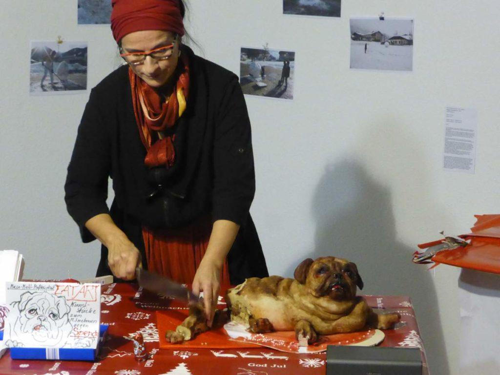"""Mops """"Zum Fressen gern"""". Christiane Gaebert schneidet vom Marzipanmops ab. Der Einzelhandel ist mit dem Weihnachtsgeschäft zufrieden."""
