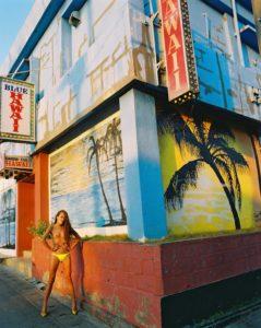 Schlanke topless Frau vor Betonhaus. Haut zu Markte tragen.