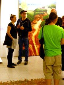 Gäste auf Vernissage vor Bild von Clement Loisel. C. T.A.