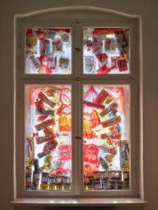 Seine roten Überreste. C Mona Lüders  Fenster des Konsums