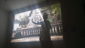 Tänzerin vor Plastikstupa. Fenster des Konsums.