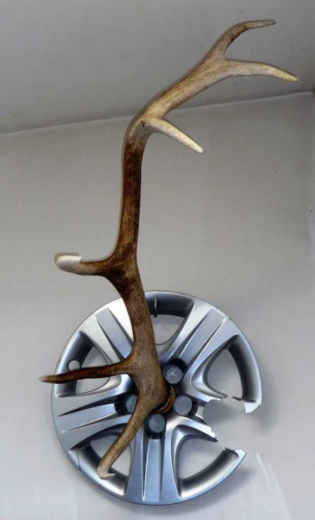 Object: Dropping rod. 2009, Berlin, 1030 x 71 x 47 cm, dropping rod, hubcap. Nature meets. Comment on the present